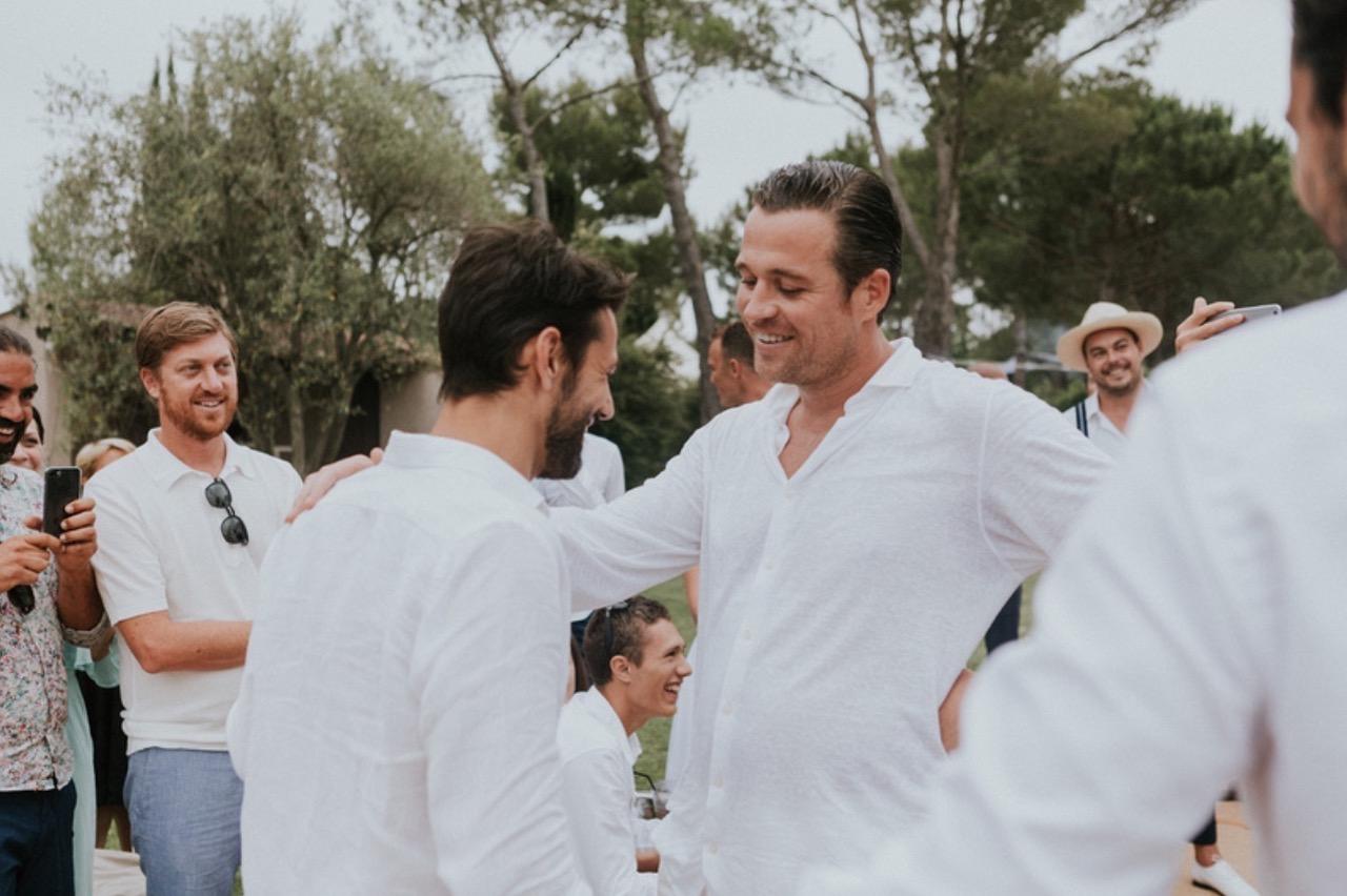 Le marié demande en mariage son meilleur ami