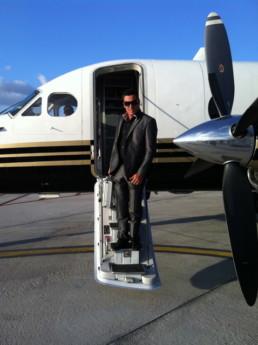 Olmac sort de l'avion